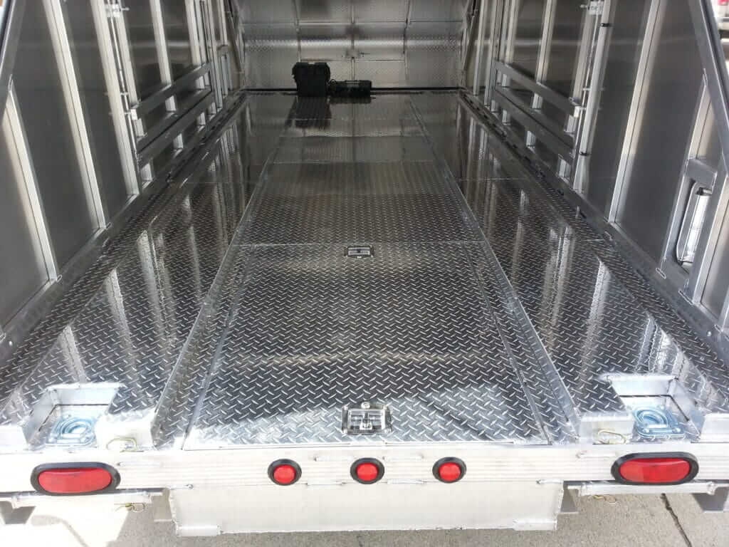 087 AUTO 2 DECK.RISERS TWO.STORAGE.WELLS .WINCHBATTERY